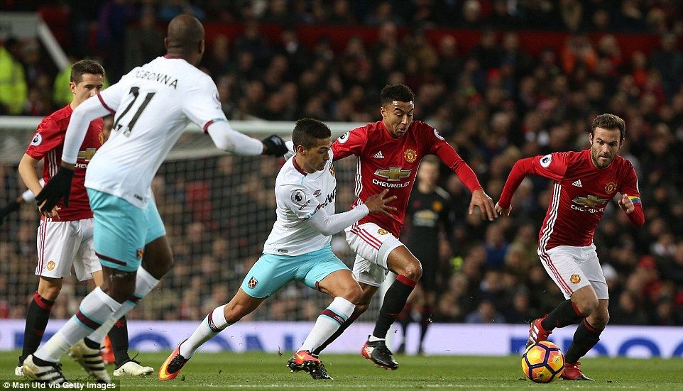 Jesse Lingard Of Manchester United Looks To Drive Through The Middle Of Midfield Past West Ham S Manuel Lanzini Manchester United Manchester Soccer Pictures