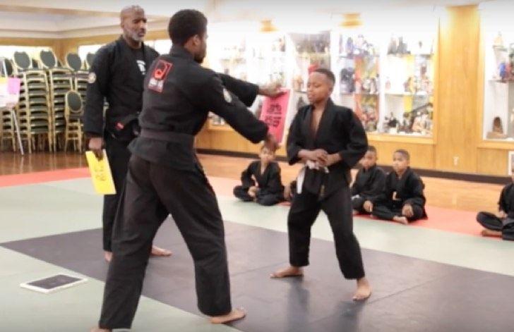 Este niño se largó a llorar en la clase de Karate. Cuando su rudo maestro se da cuenta hace ESTO