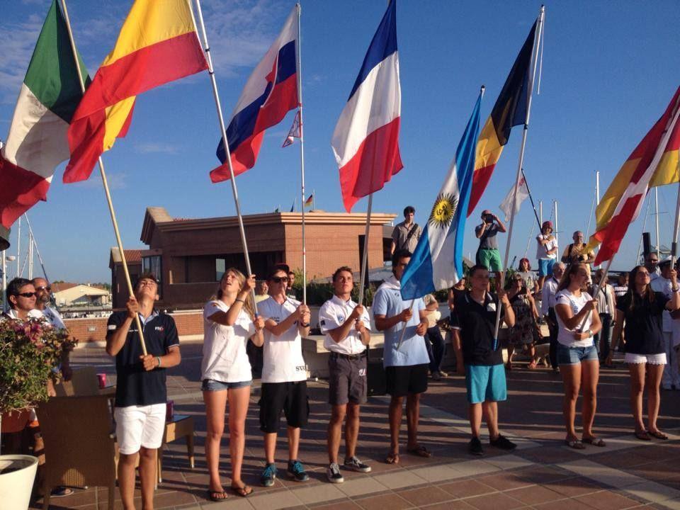 Le bandiere si stagliano sul cielo blu di Marina di Grosseto
