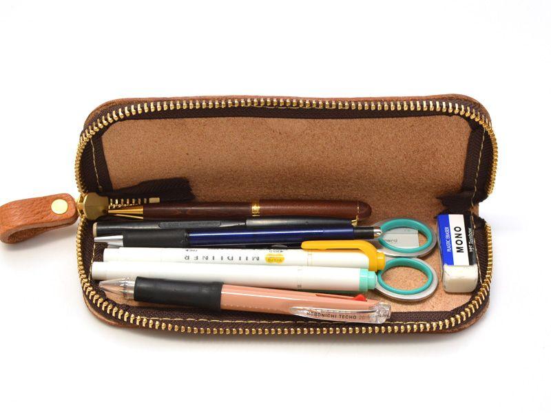 作りはいたってシンプルですが 表情豊かで分厚い革が目を引くペン