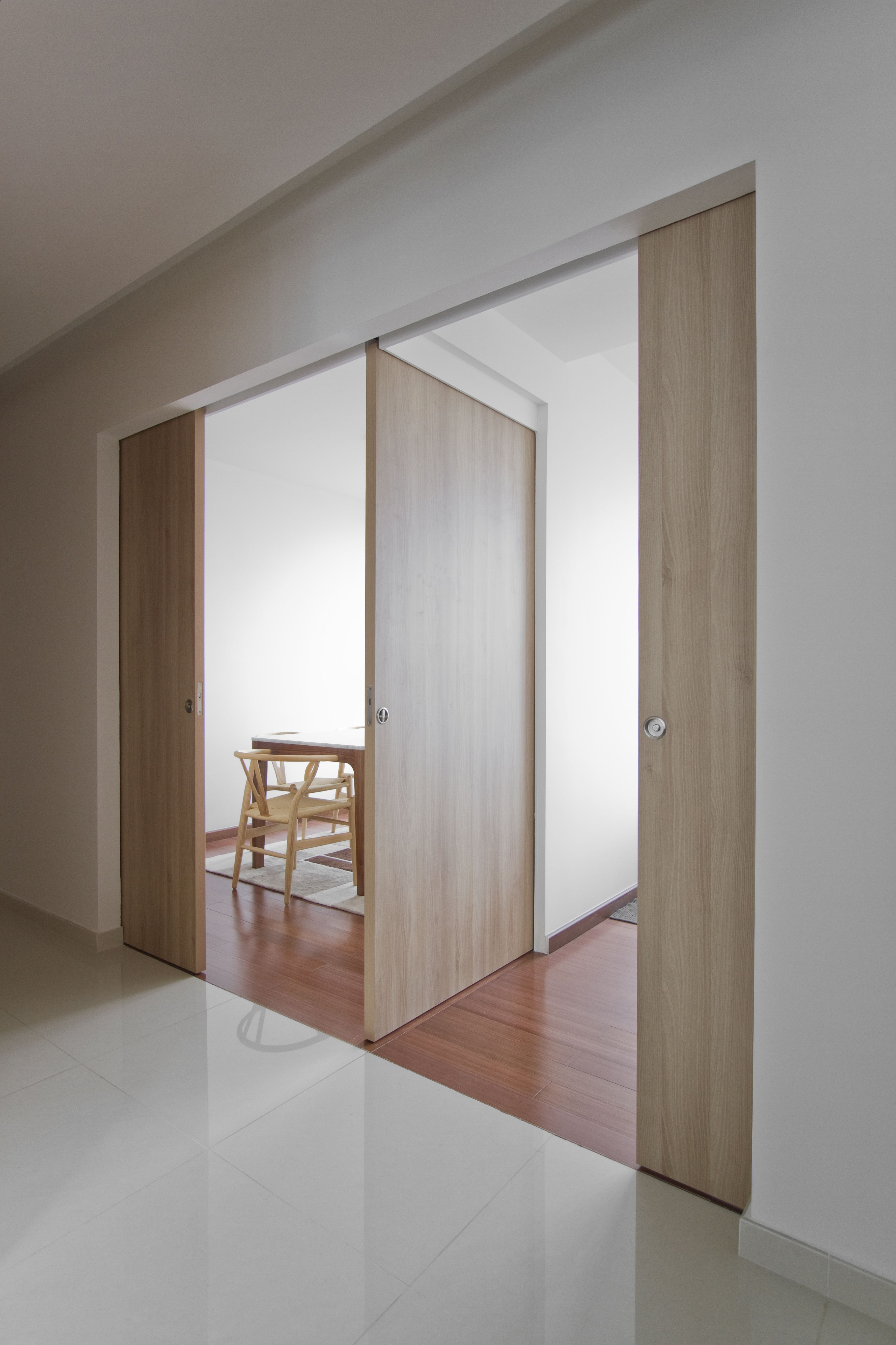 3 way sliding door system for a flexible demarcation of the dining room guest