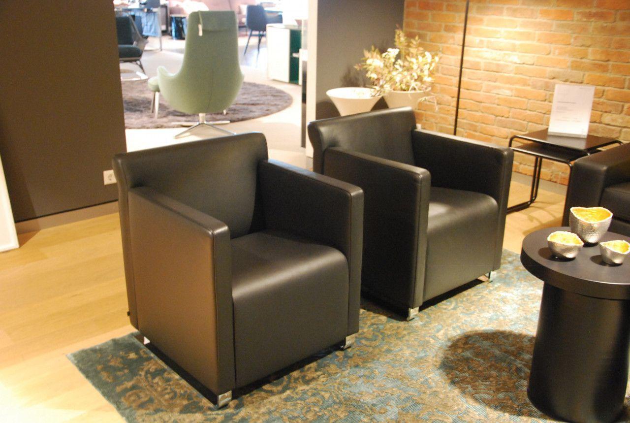 Der Quant Sessel Von Cor Ist Mit Schwarzem Leder Bezogen Und Hat Steht Auf Verchromten Kufen Livingroom Wohnzimmer L Mobeldesign Inneneinrichtung Sessel