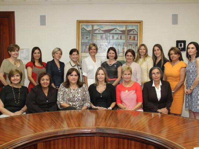 Lorena Castillo (vestido blanco), esposa del presidente electo Juan Carlos Varela, se reunió con la Primera Dama saliente, Marta Linares de Martinelli y su equipo de trabajo para lo que será la transición del despacho.