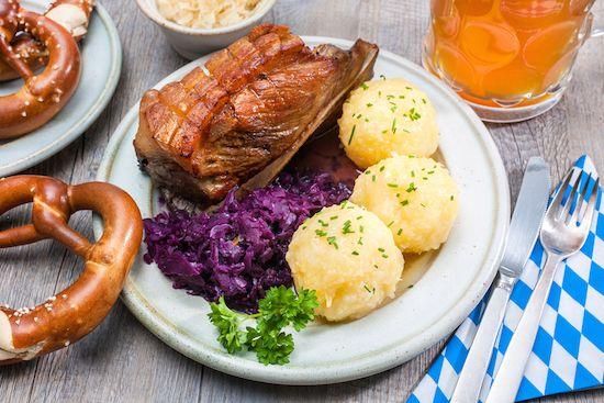 svinjsko meso sa crvenim kupusom i knedlama