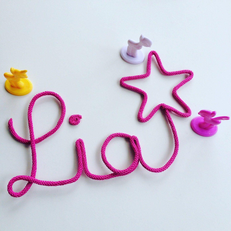lia et son toile en rose fuchsia pr nom en laine mot d coratif d co b b. Black Bedroom Furniture Sets. Home Design Ideas