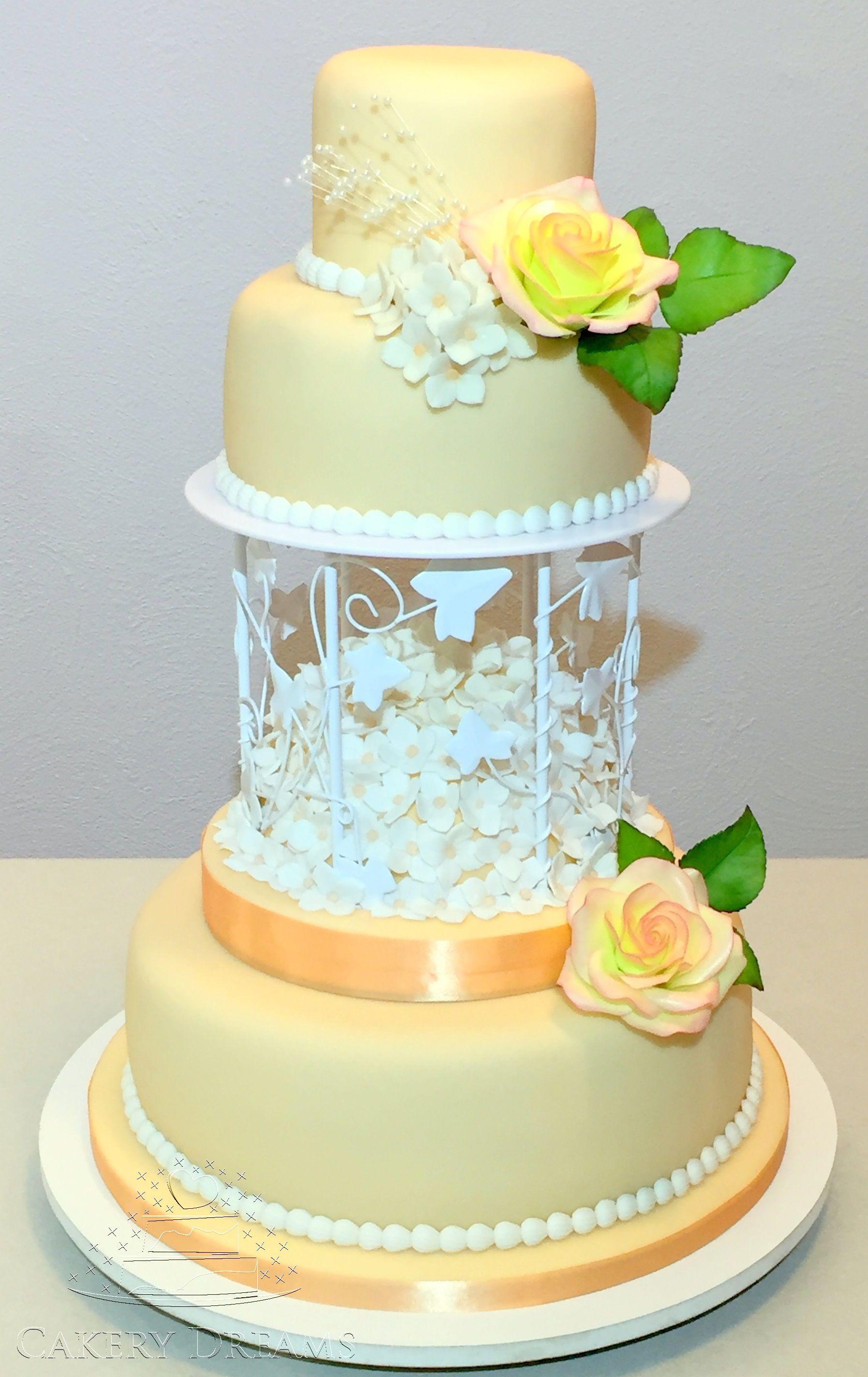 Die Tochter einer lieben Freundin wird heute heiraten und ich durfte die Hochzeitstorte für sie machen… sie war eigentlich relativ anspruchslos, was das Design betrifft. ;) #hochzeitstorten #fondant-torten #wedding #cake #torten #fondant