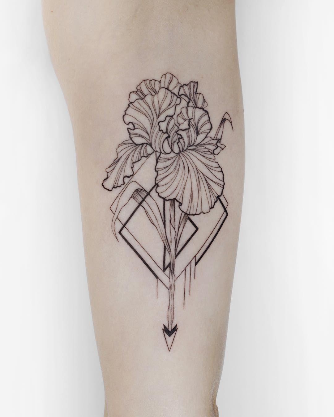 Tatuirovka Dlya Devushki Tatuirovka Iris Tattoo Linework Dotwork Ink Blackwork Blackworkers Blackworke Iris Tattoo Iris Flower Tattoo Thigh Tattoo Designs