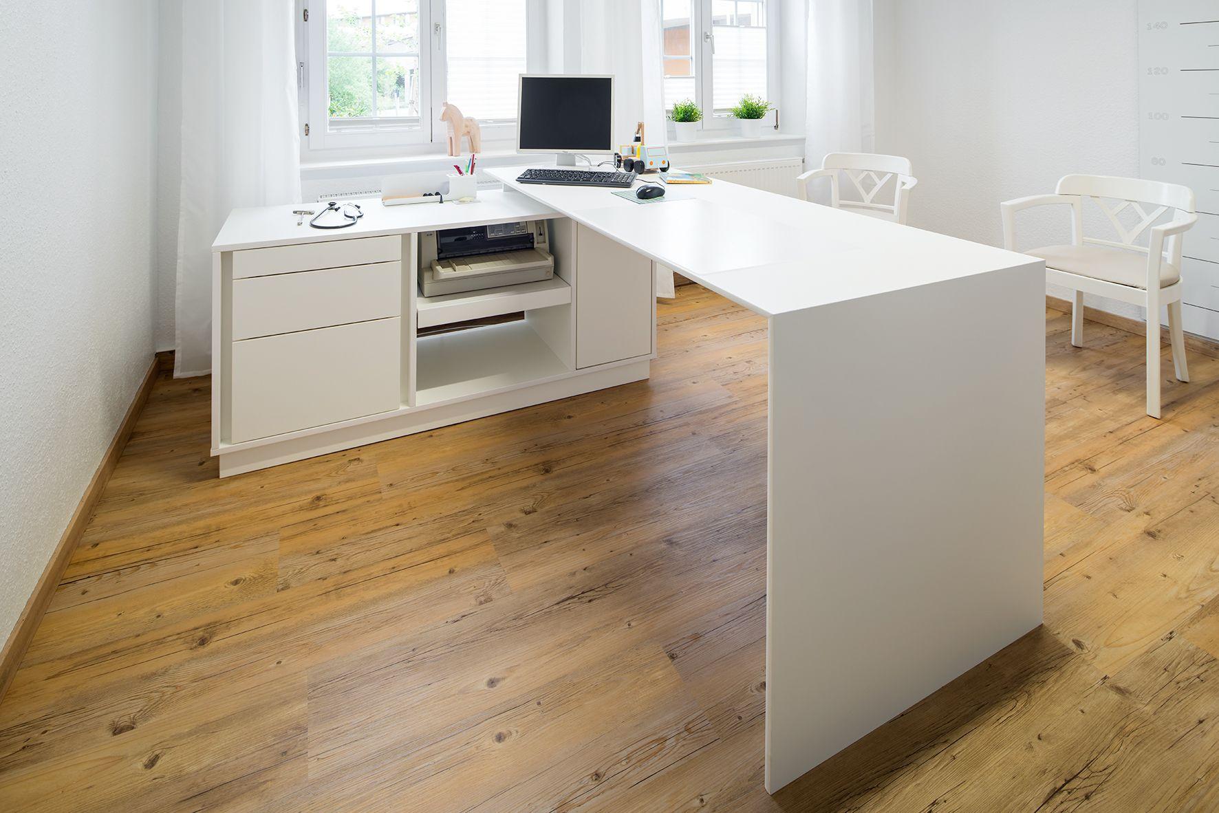 Schreibtisch mit Technik-Element aus 13mm Egger Kompaktplatte weiß durchgefärbt