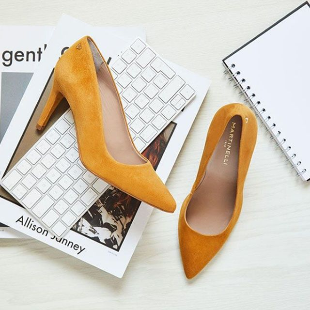0fafafcb MARTINELLI 1365-3486 A SELENA Zapatos de salón para mujer en color mostaza.  Características