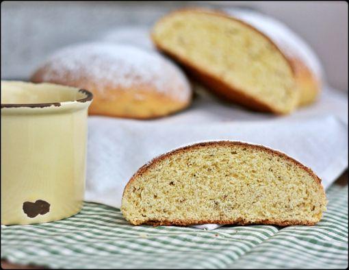 Pan de mej - Cornmeal and elderflower bread
