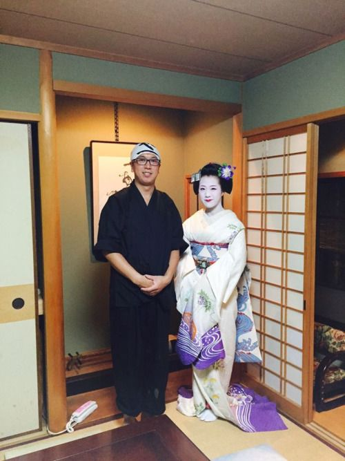 The maiko Tomitae with a client! (Source)Notice her tied obiage! Her erikae is for this spring!!!!! And the Tomikiku okiya have a shikomi! So so excited!