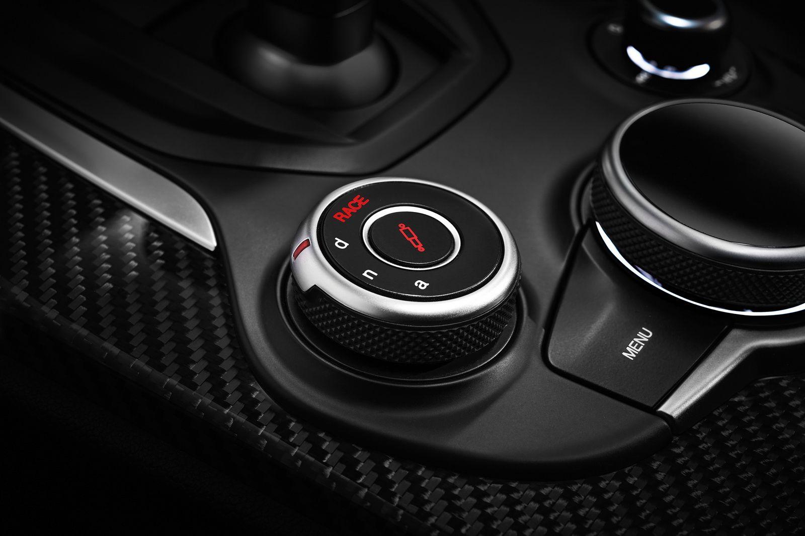 2017 Alfa Romeo Stelvio QV >>> Ferrari-derived Twin-Turbo 2,9-Liter - V6 - Motor im Topmodell Giulia gefunden, produziert 505 PS und 443 lb-ft des maximalen Drehmoments. Geradlinige Leistung ist eher erschütternd für einen SUV, mit dem Stelvio Quadrifoglio erwartet eine 0-60mph zu schreiben (0-96km / h) in 3,9 Sekunden und eine 177 Stundenmeilen (284km / h) Höchstgeschwindigkeit.