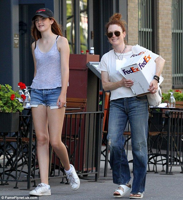 Julianne Moore S 14 Year Old Daughter Liv Towers Over Her In Nyc