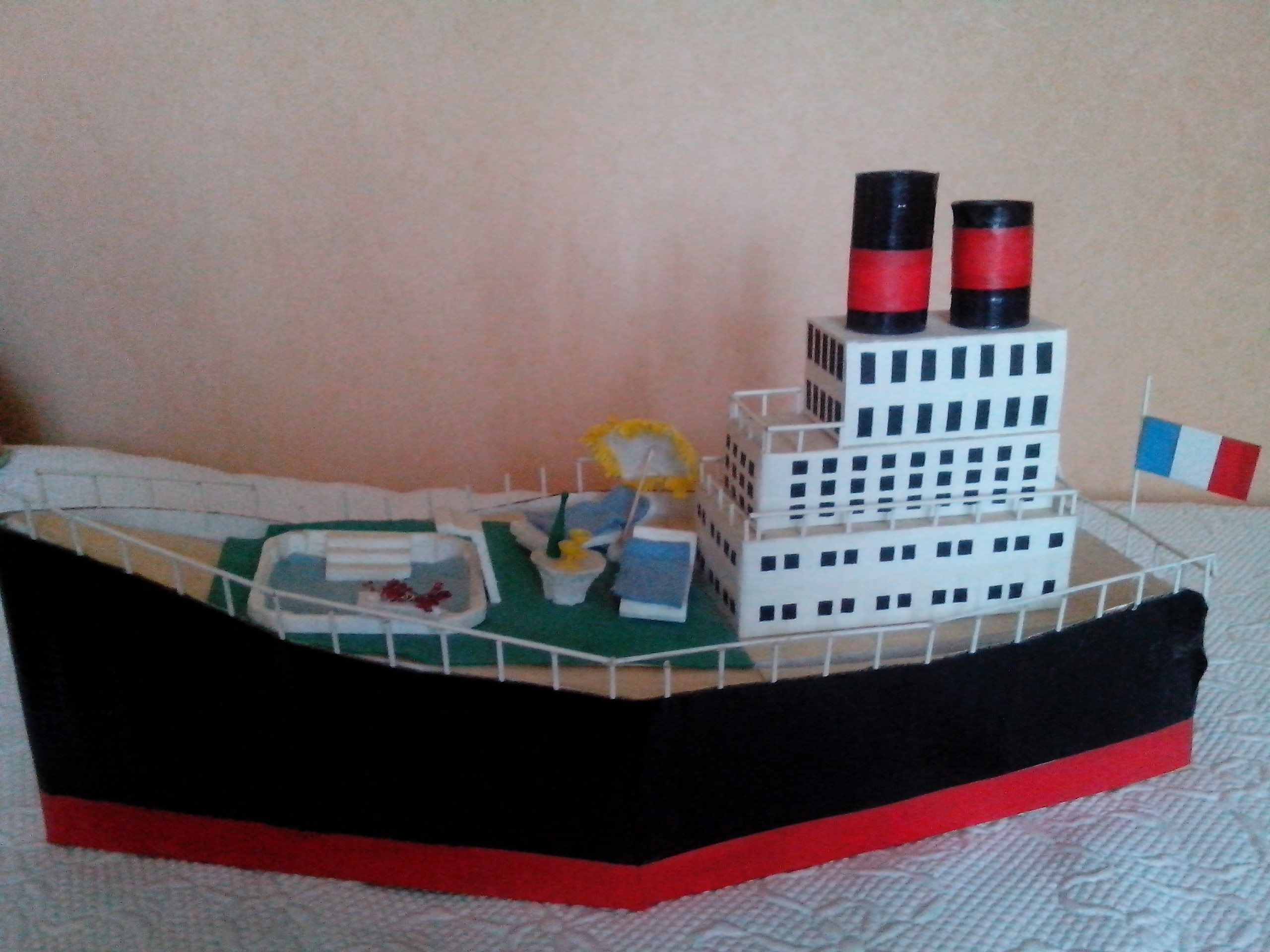 urne en carton repr sentant un bateau de croisi re id ale. Black Bedroom Furniture Sets. Home Design Ideas