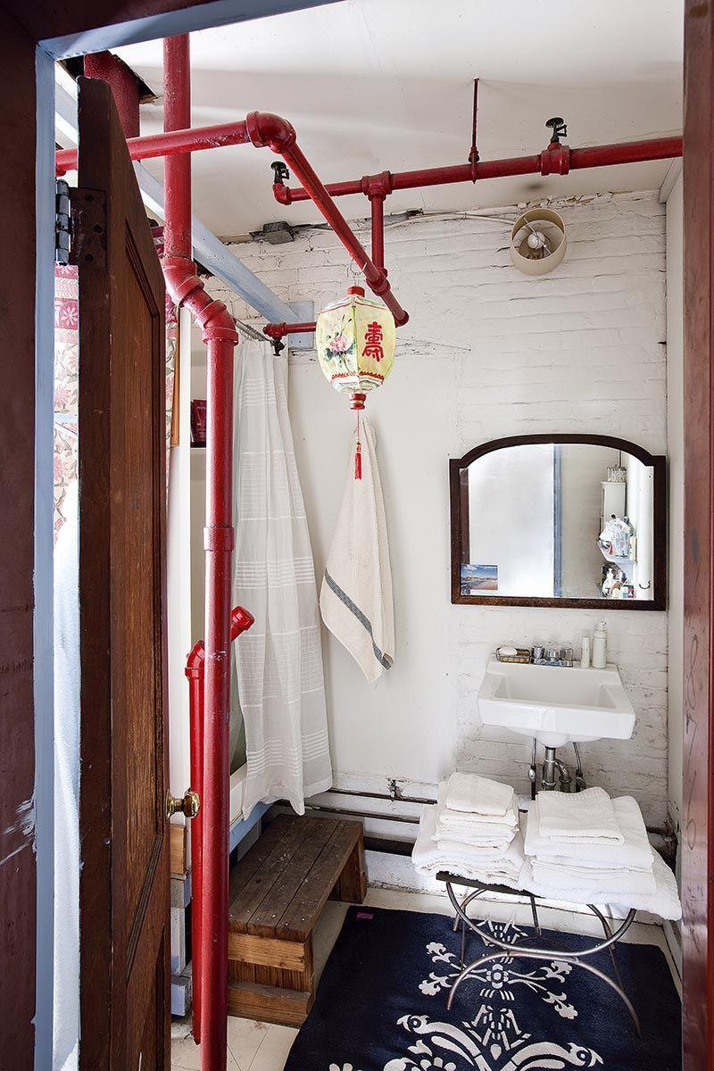 Ama tus defectos - AD España, © Manolo Yllera También tiene algo de Paulo Coelho: los elementos que no pudo ocultar de su casa, como las tuberías del baño, los embelleció para integrarlos en su decoración cozy y bohemia. Foto Manolo Yllera