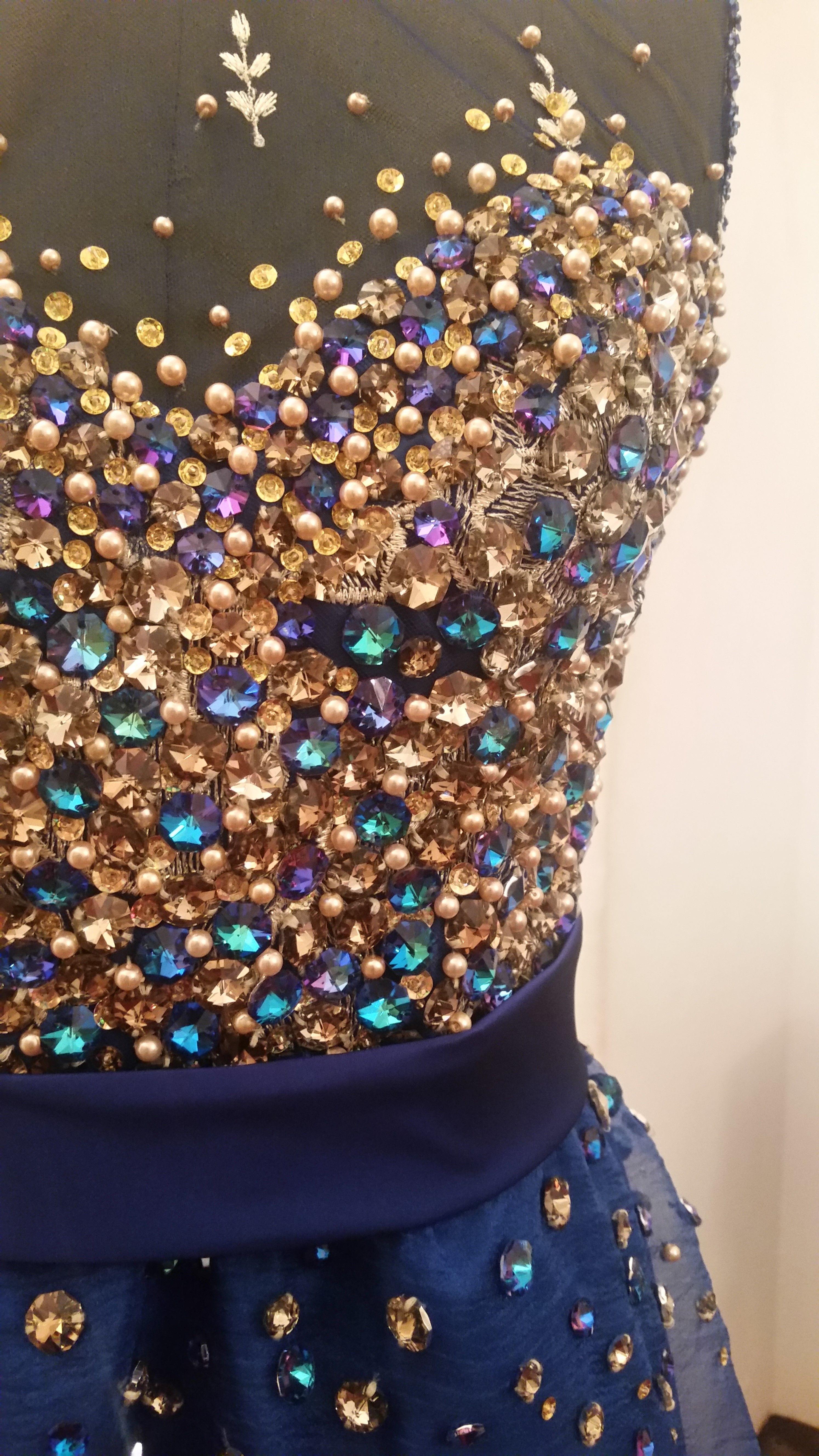 Pacomayorga talle bordado en combinaci n de perlas y for Cristales swarovski para decorar unas