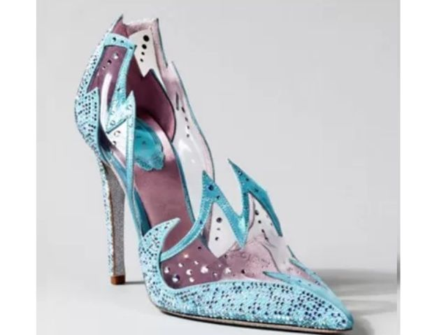 Dos contos de fadas para a vida real: Designers famosos recriam sapatinho de cristal de Cinderela | Virgula inderela7 Feito por Rene Covilla