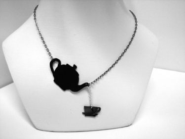 necklase made out of and old vinyl-record!