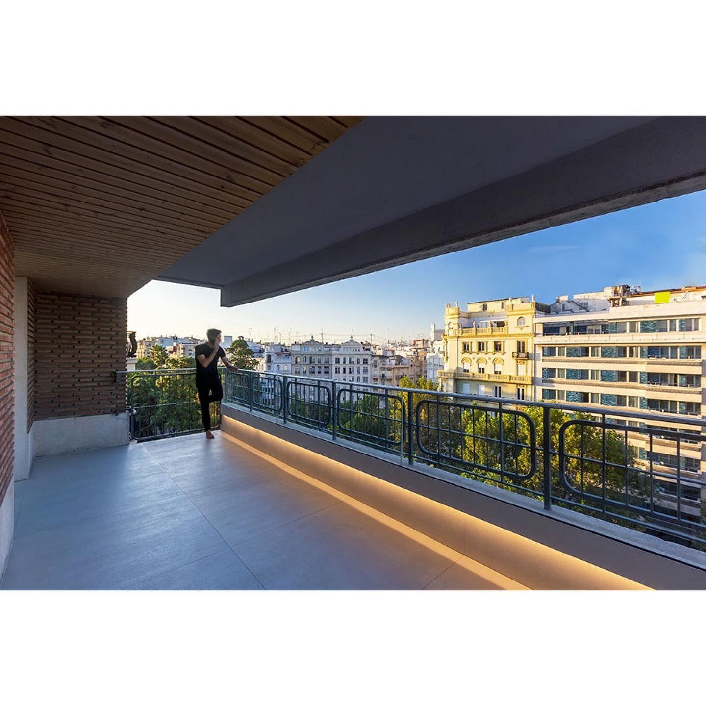 Gran Via La Rehabilitacion De La Terraza Conjuga La Arquitectura Original Del Edificio Con Su Ladrillo Caravista Macizo De Los An In 2020 House Styles Mansions House