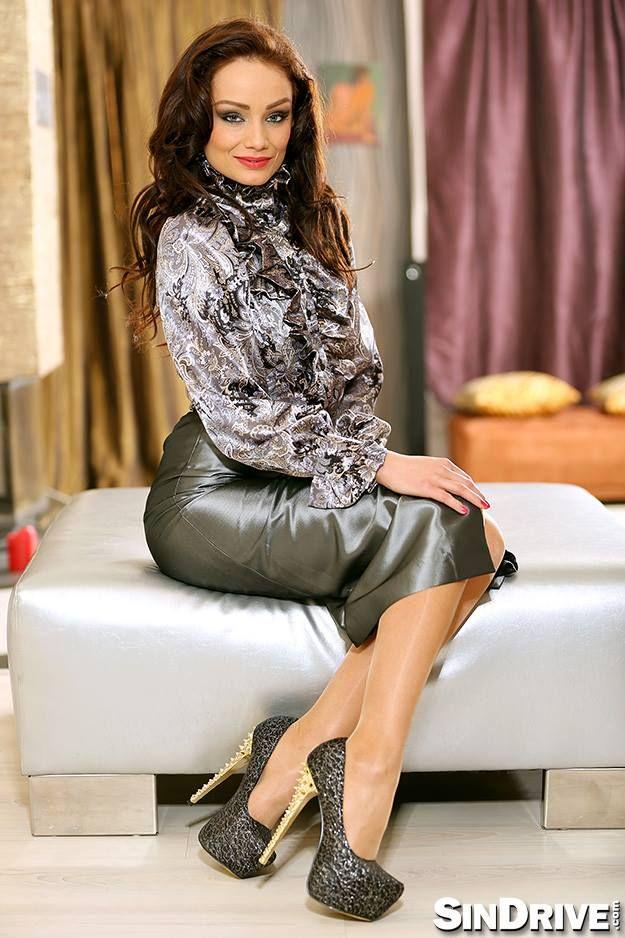 Pin von Mike Lee auf silk and satin fashion   Satin blouses, Satin ... 242598373d