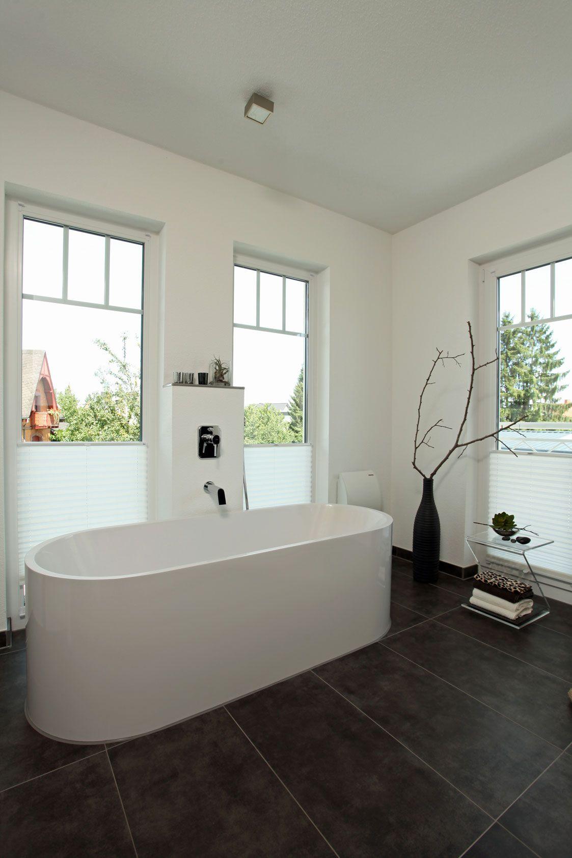 Badezimmer mit freistehender badewanne future home - Badezimmer fenster ...