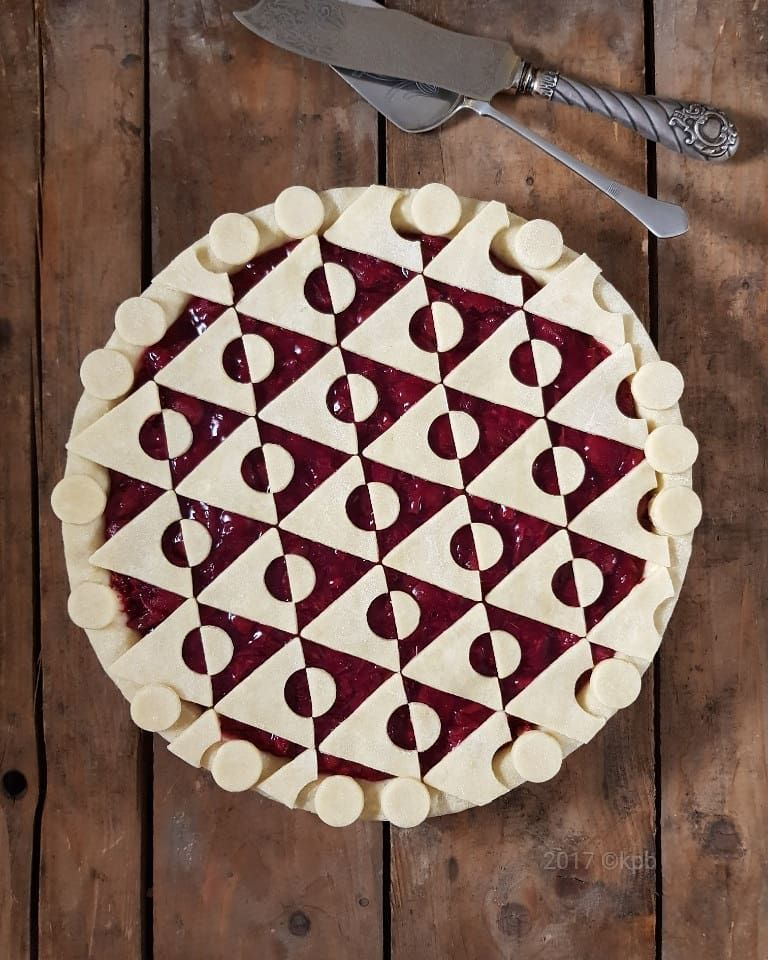 Geometric Triangle Pie with gooseberry and sour cherry filling - deko f r k chenw nde