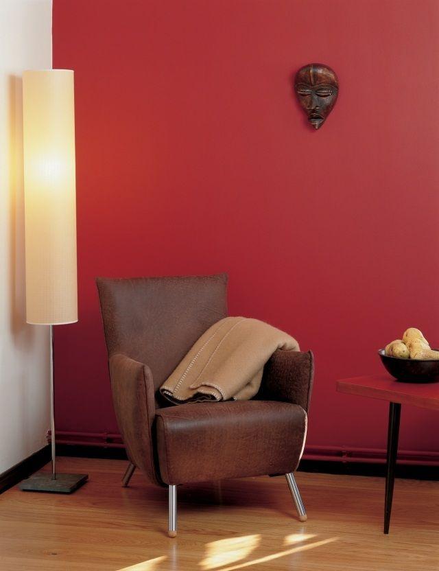 Wohnzimmer Streichen Ideen Akzentwand Rot Ledersessel Holzboden
