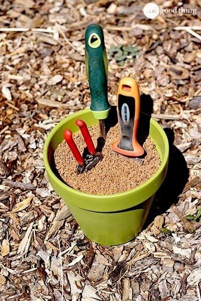 Bewahre deine Werkzeuge in einem Gemisch aus Sand und Babyöl auf, um sie in Schuss zu halten.