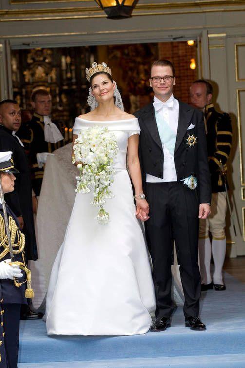 UUTISIA 19.6.2016...RUOTSIN HOVI. KUNINKAALINEN PERHE Kaarle Kustaan ja Silvian kaunis hääkuva 40 vuoden takaa - tänään myös Victorian ja Danielin hääpäivä 2010 eli 6. HÄÄPÄIVÄ. Onneksi OLKOON ja ELÄMÄN Iloa Tulevaisuudelle! Seuraan&TYKKÄÄN. HYMY