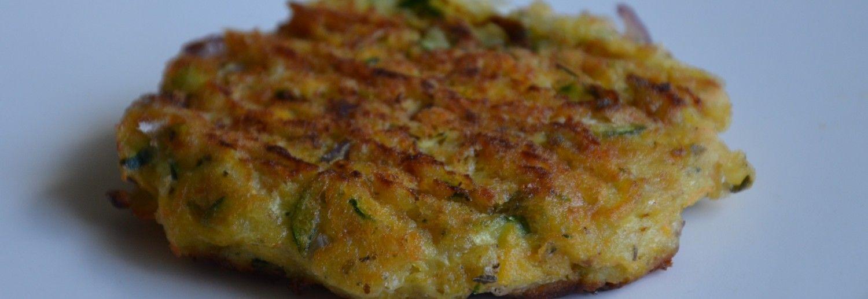 Tässä on helppo ja hyvä ateria, joka ei välttämättä tarvitse lisukkeita seurakseen. Lehmänmaitoallergikot voivat yleensä käyttää lampaan- ja vuohenjuustoja, mutta jos olet niillekin allerginen, voit korvata juustot tofulla tai muulla kasvisvalmisteisella juustolla.      200  g  Kesäkurpitsaa  150  g  Porkkanaa  1       Punasipuli  1