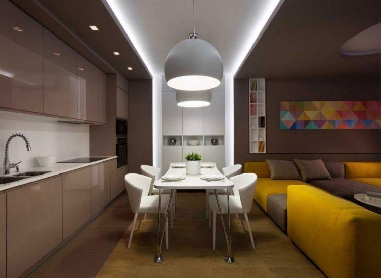 Esszimmermöbel  beige Küchenzeile, weiße Esszimmermöbel und gelbes Sofa | Ideen ...