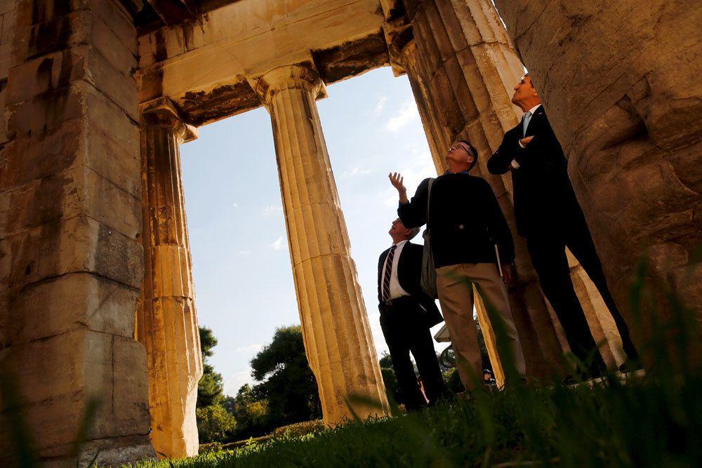 Il segretario di stato statunitense John Kerry visita il tempio di Efesto ad Atene. Kerry è in visita in Grecia per incontrare il premier Alexis Tsipras e per annunciare uno stanziamento di 24 milioni di dollari per la crisi dei profughi. - (Jonathan Ernst, Reuters/Contrasto)