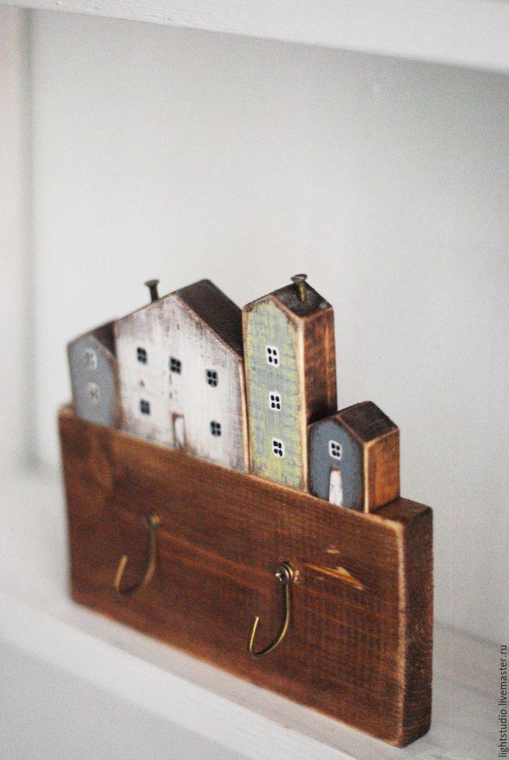 Photo of Kleiderhaken as Holz mit Häusern.