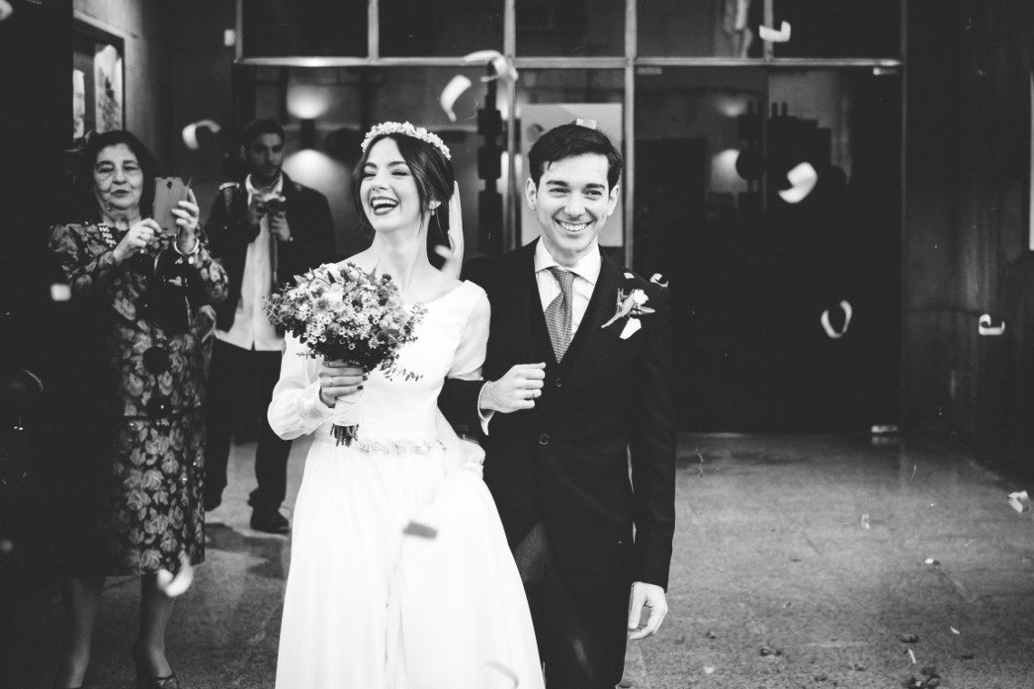 La boda en Sevilla de Sara y Pablo - Ella se viste de blanco