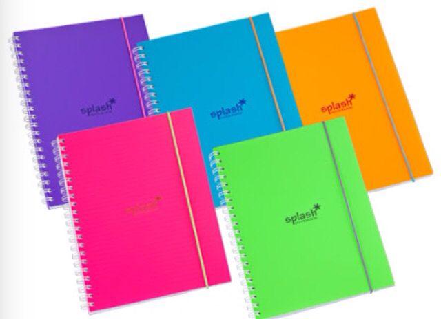 Caderno universitário com elástico e várias cores