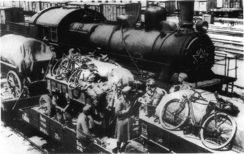 Фото: Советский паровоз на захваченной немцами железнодорожной станции