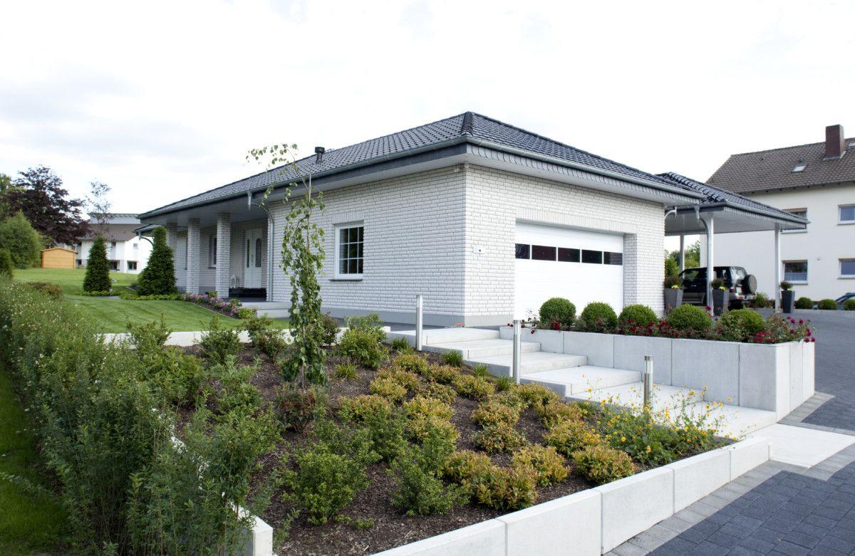 Bungalow Haus mit Doppelgarage & Walmdach - Baumeister-Haus Dittmer ...