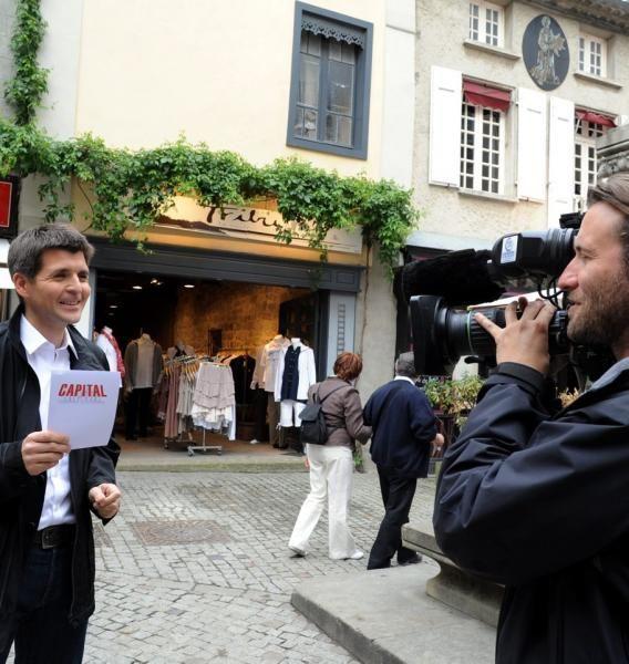 Le journaliste animateur de télévision et de radio, Thomas Sotto, sur la place du château dans la Cité de Carcassonne en mai 2012 lors de la présentation du magazine Capital. Photo: Jean-Luc Bibal / La Dépêche du Midi