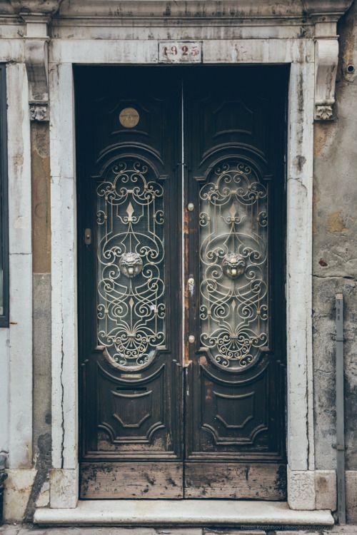 anotherboheminan: Porta em Veneza, Itália (por Dmitri Korobtsov)