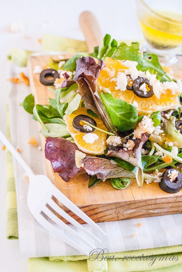 Ensalada de naranja y queso feta rebozado con vinagreta de albahaca