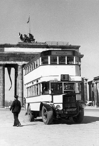 Doppeldeckerbus vor dem Brandenburger Tor, 1949