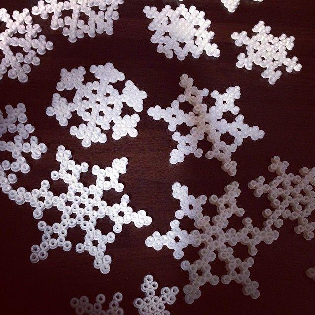 Schneeflockenproduktion - langsam wird's Zeit für Weihnachten ☺️ #bügelperlen #winterdeko