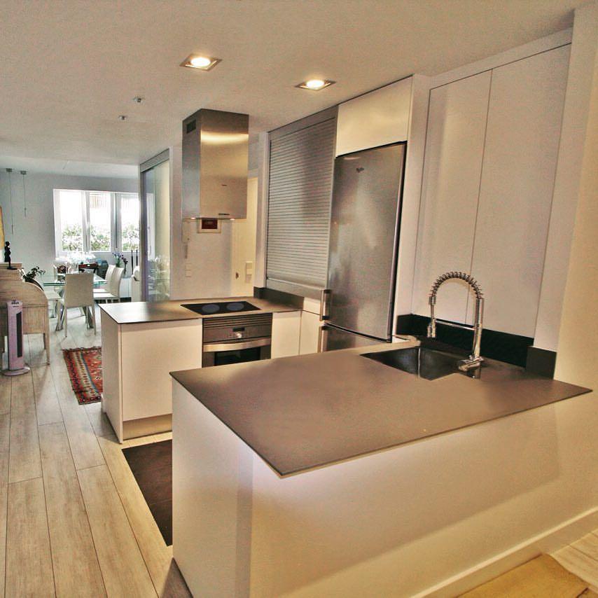 cocina moderna puertas blancas sin tiradores campana de