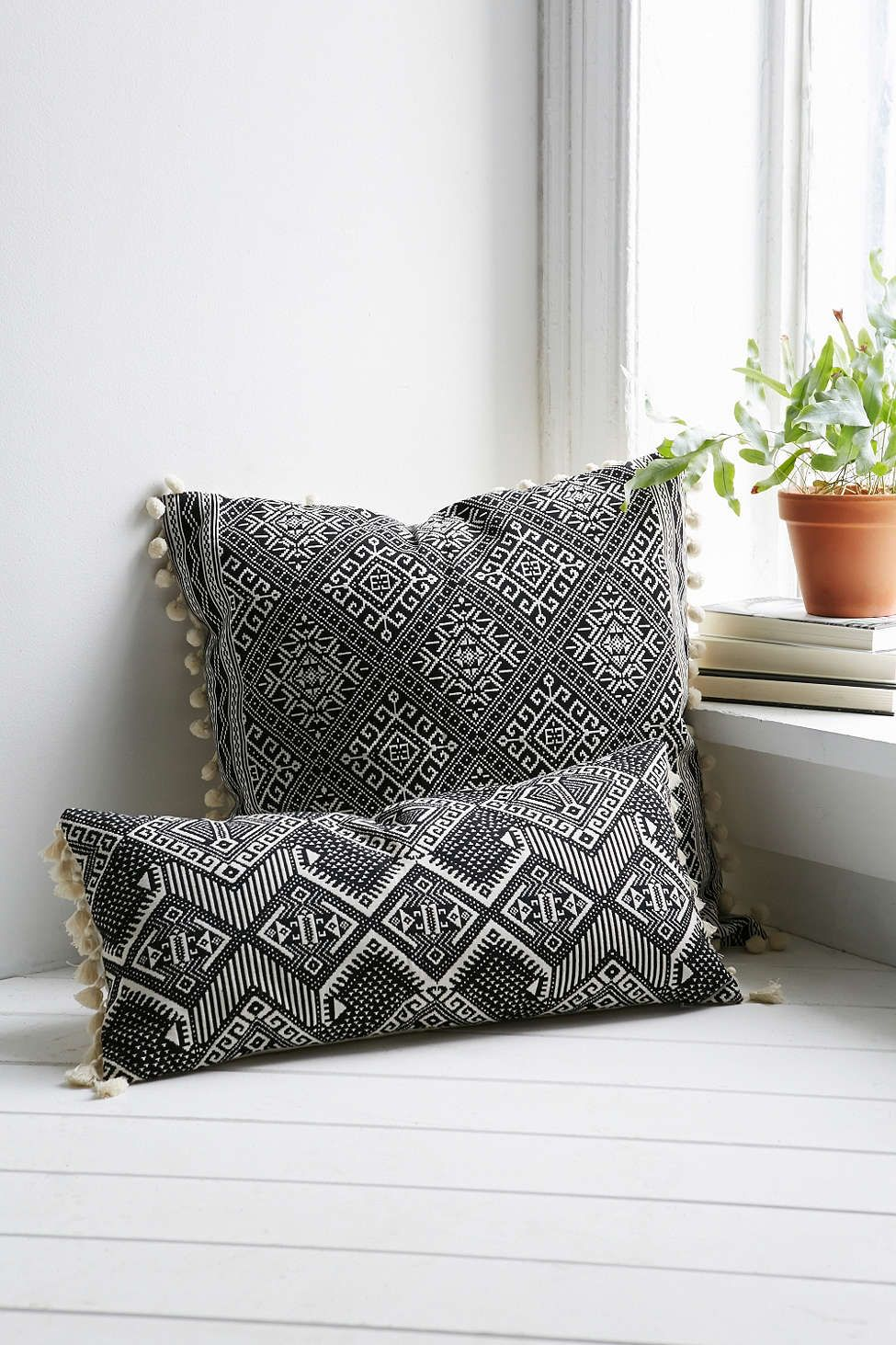 Magical Thinking Black White Square Pillow Textiles Cojines - Cojines-negros