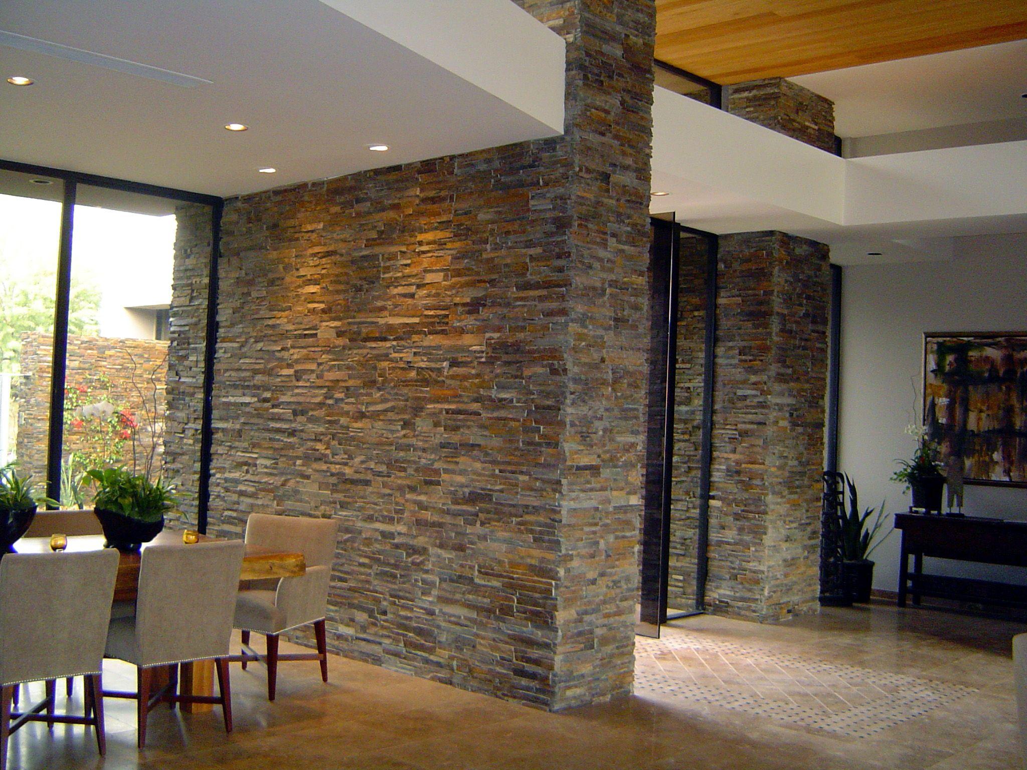 Estupendo sal n decorado con paneles premontados de piedra - Salon de piedra ...