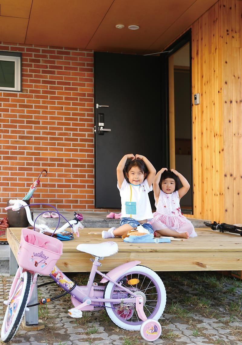 By 전원주택라이프 아파트를 떠나 전원주택을 선택하는 사람들이 매년 늘고 있다 그중 자녀의 건강한 건강한 건축