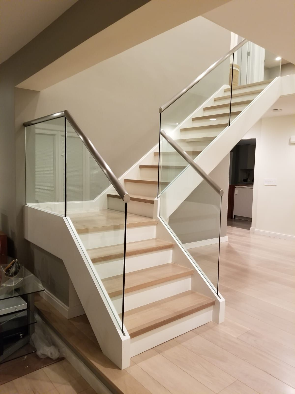 Slim Base Glass Railing Is An Innovative Way Of Attaching The Glass Panels To The Staircase The Glass Is Secure Decorando Escadaria Ideias Para Escadaria Home