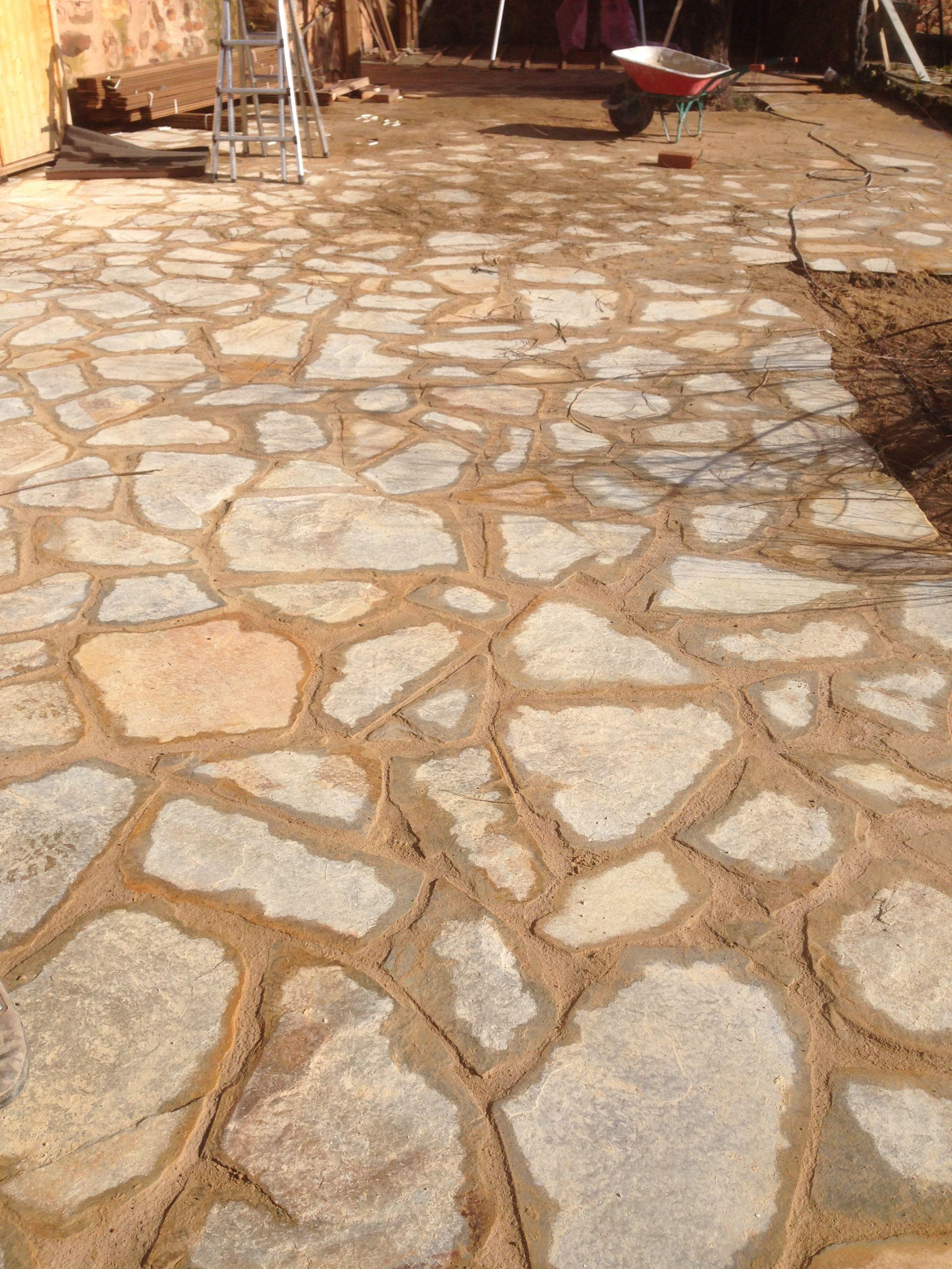 Suelo revestido con piedra natural finalizado tras el for Patios con piedras