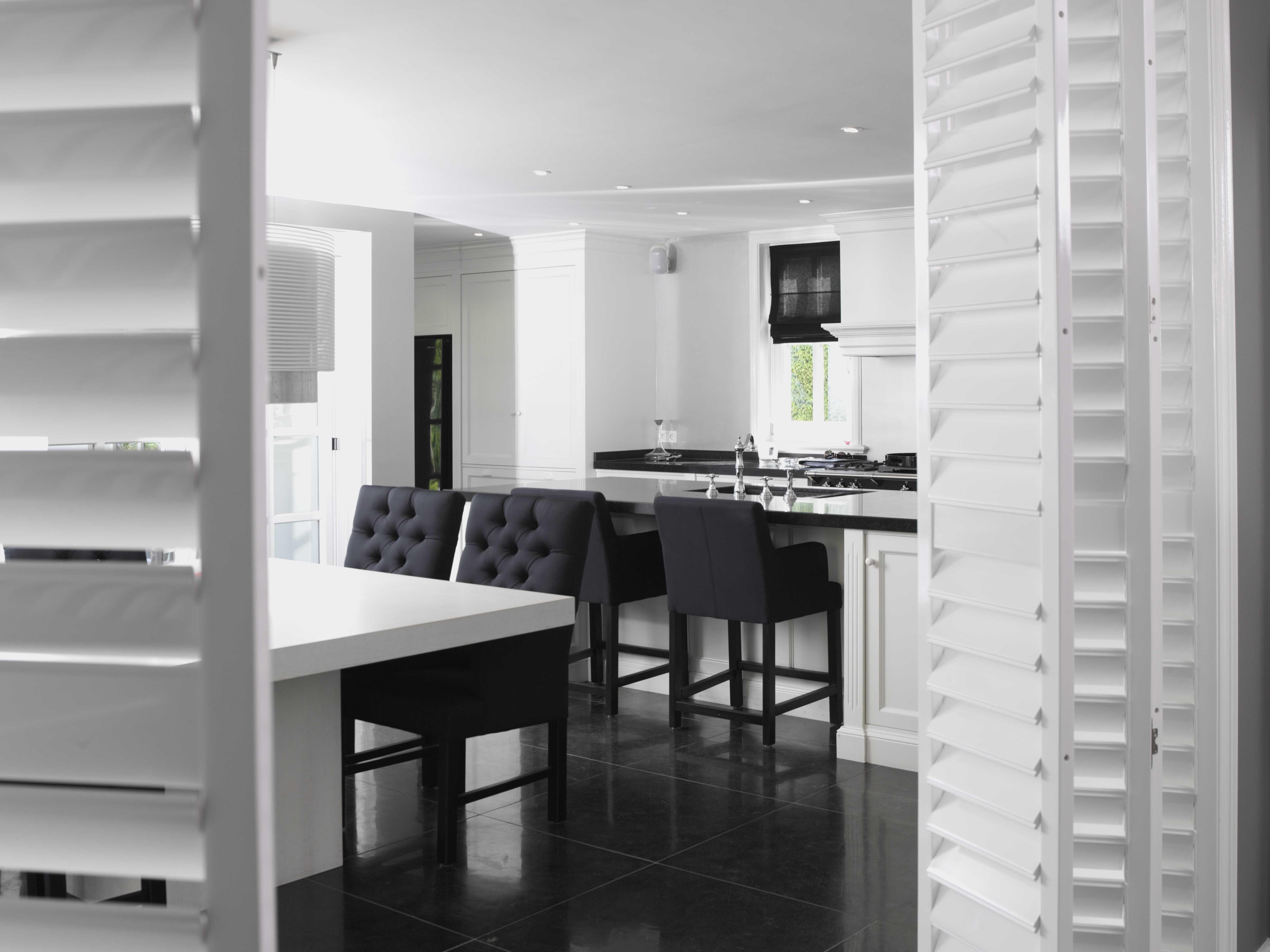 Gordijn Als Scheidingswand : Shutters vouwrailsysteem als scheidingswand in zwart witte keuken