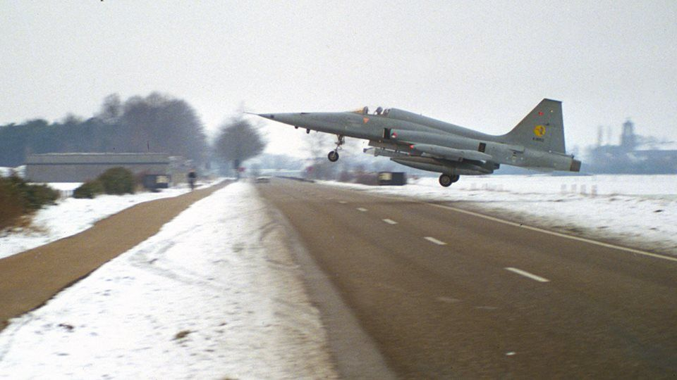 The Aviationist » Beware: Aircraft Crossing! Another insanely low approach photo